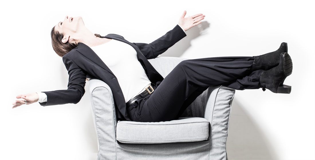 Tinka Kleffner lehnt sich mit ausgestreckten Armen in ihrem Sessel zurück