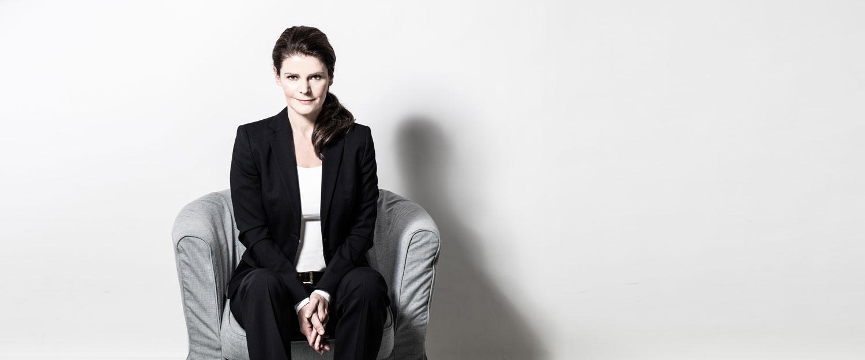 Tinka Kleffner sitzt auf einem Sessel und schaut den Betrachter an