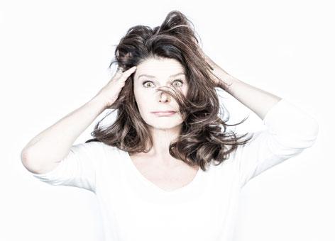 Tinka kleffner verwuschelt sich die Haare